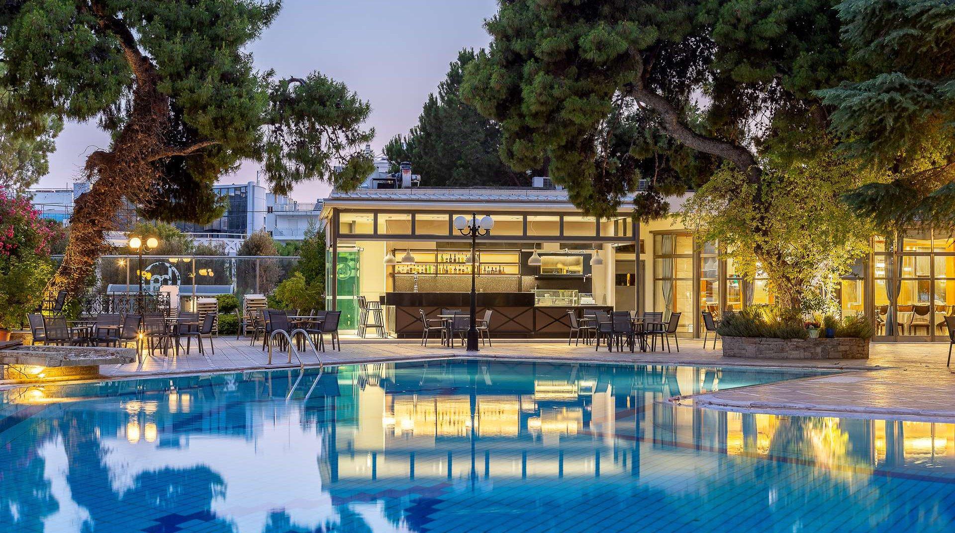 Το pool bar μας κατά τη νύχτα με την πισίνα
