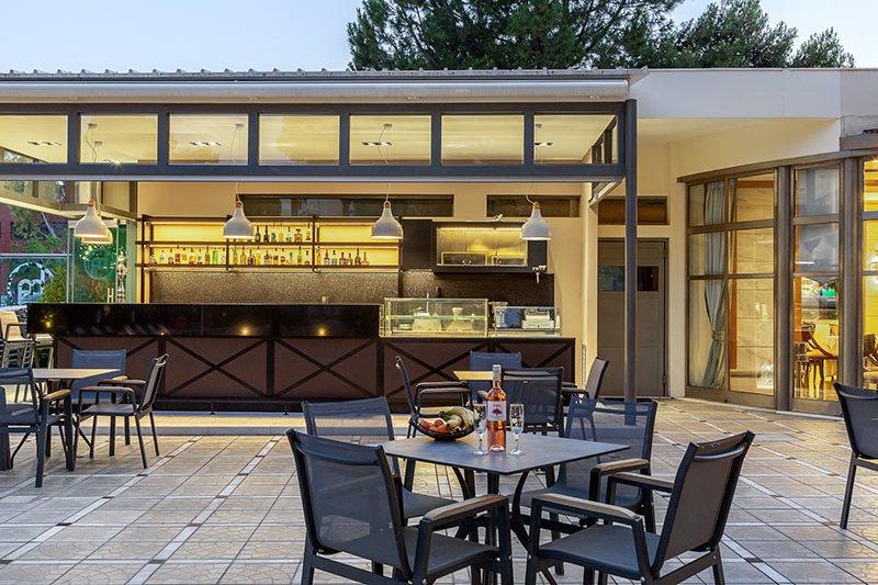Τα εξωτερικά τραπέζια μας δίπλα στο pool bar και την πισίνα