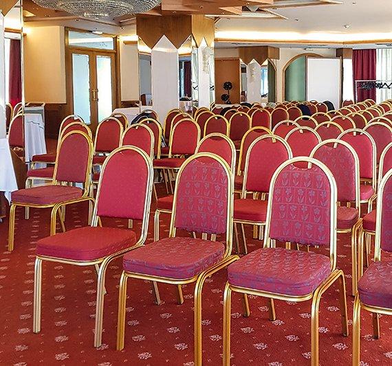 Η υπέροχη αίθουσα συνεδριάσεών μας με τις καρέκλες σε σειρές