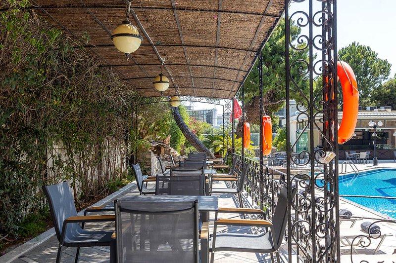 Η εξωτερική μας τραπεζαρία που μπορείτε να δειπνήσετε δίπλα στην πισίνα