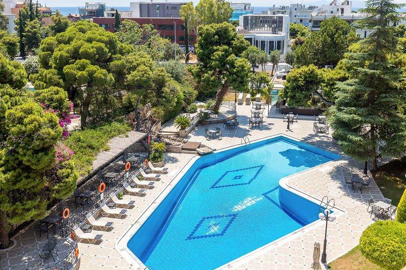 Η πίσω πλευρά του ξενοδοχείου μας από ύψος με την πισίνα και τις ξαπλώστρες