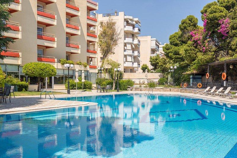 Η πίσω πλευρά του ξενοδοχείου μας με την πισίνα και τις ξαπλώστρες