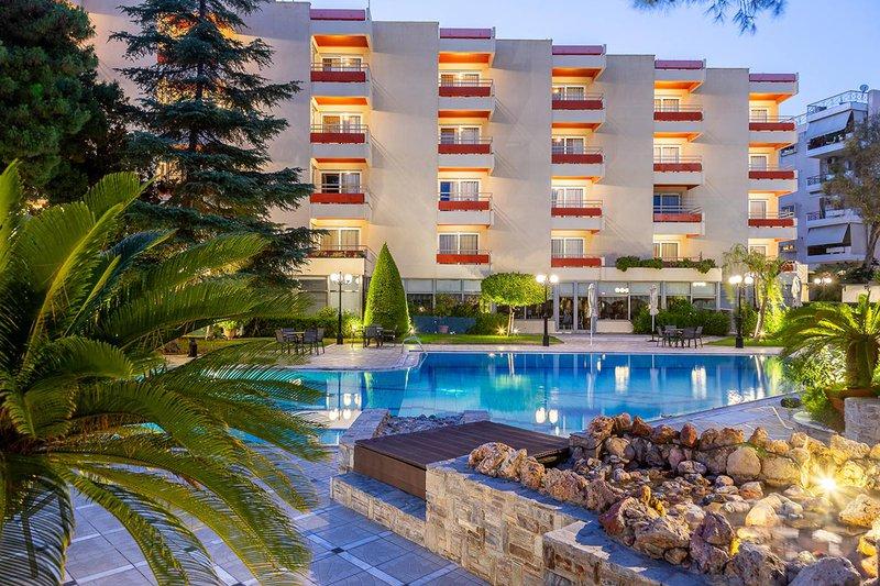 Το πίσω μέρος του ξενοδοχείου μας κατά την διάρκεια της νύχτας με την πισίνα