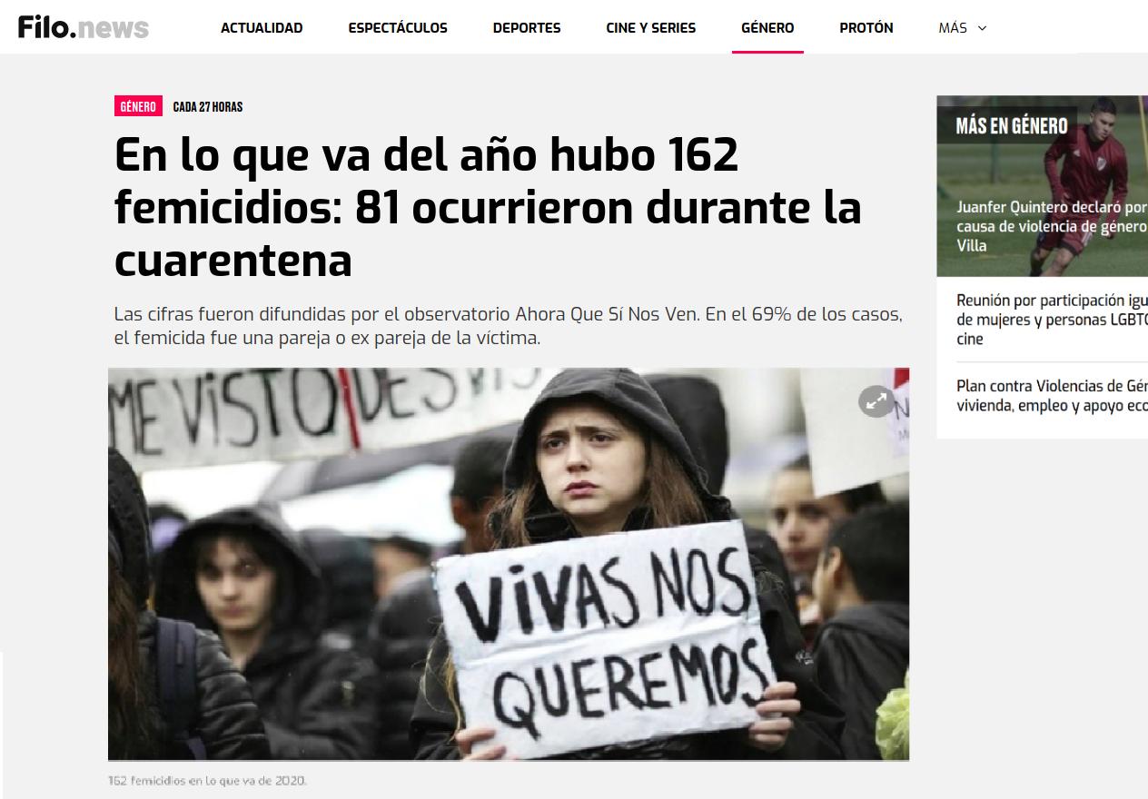 mujer con cartel que dice vivas nos queremos en una marcha un dia de lluvia