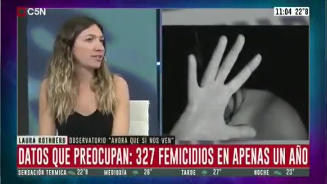 mujer hablando en c5n y una foto de una mujer protegiendose con la mano