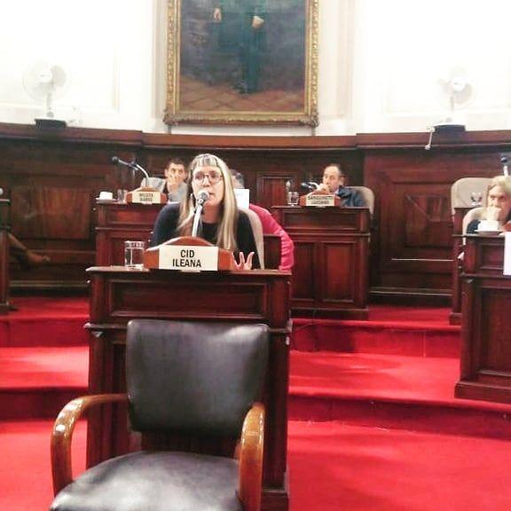 Lara Andres hablando en La Plata