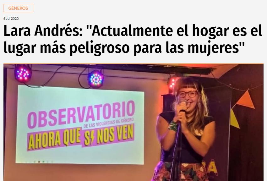 Lara Andres con microfono en evento del observatorio