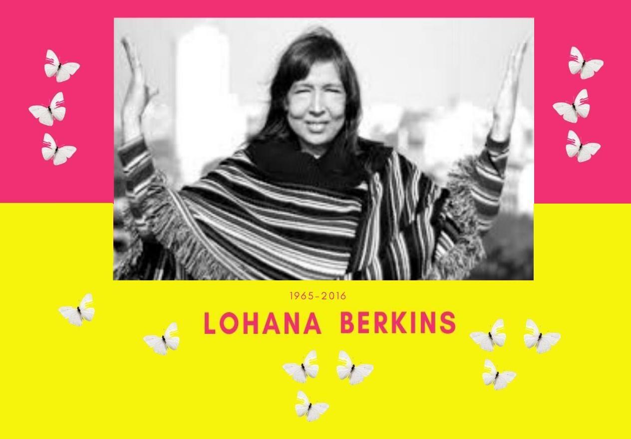 Foto de Lohana en blanco y negro abriendo los brazos