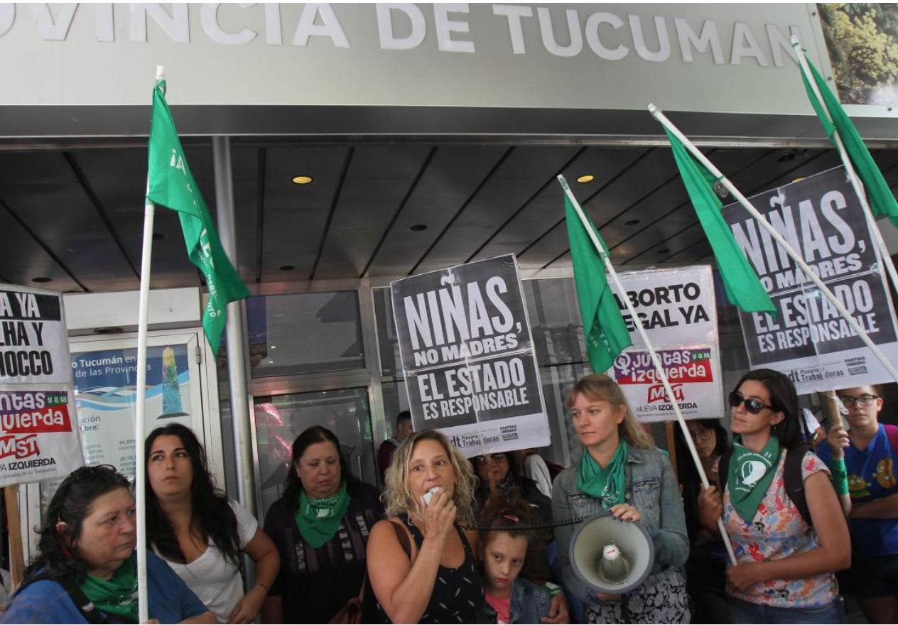mujeres con banderas verdes protestando frente a la casa de la prov de tucuman