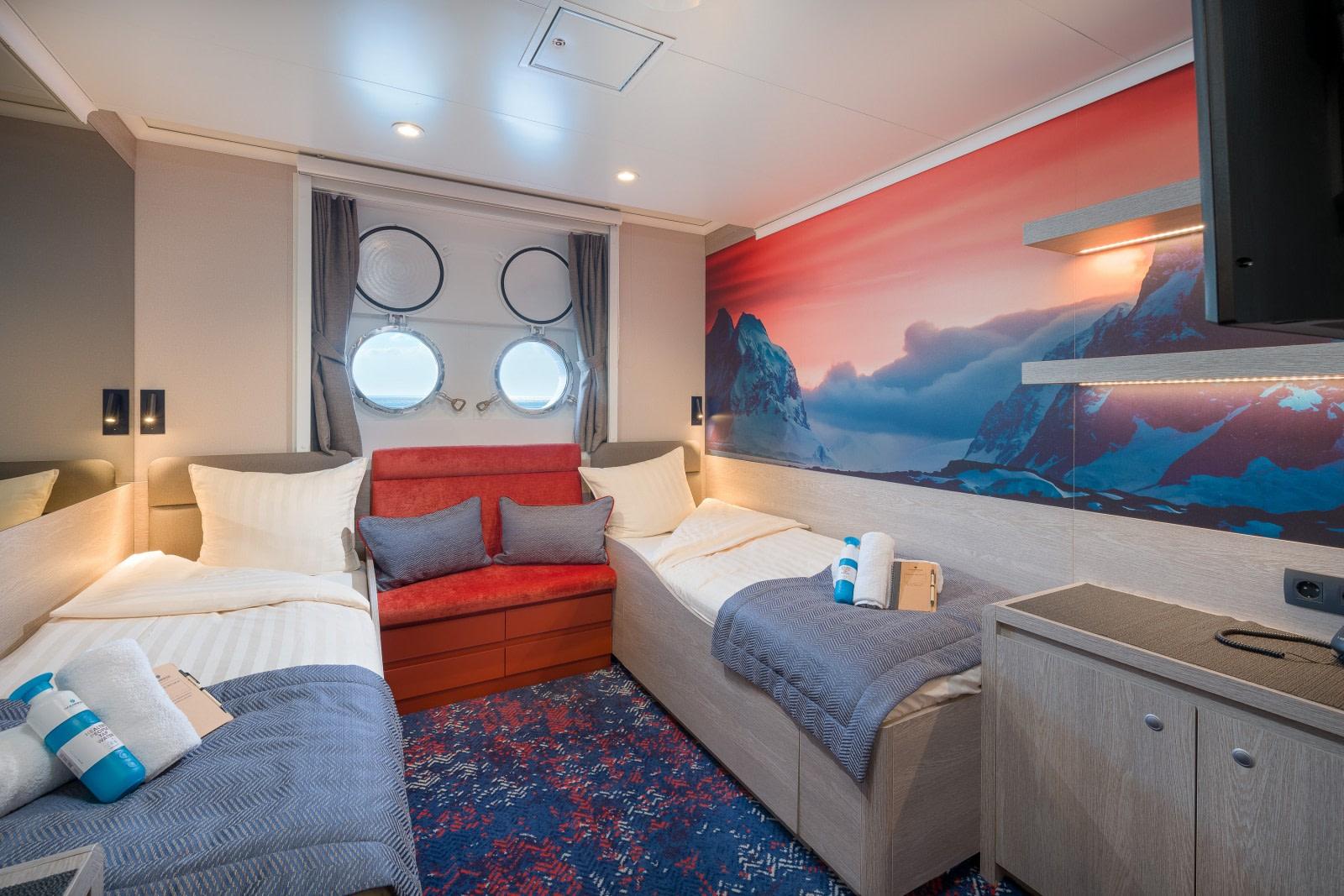 Hondius, Twin Porthole cabin 03.jpg