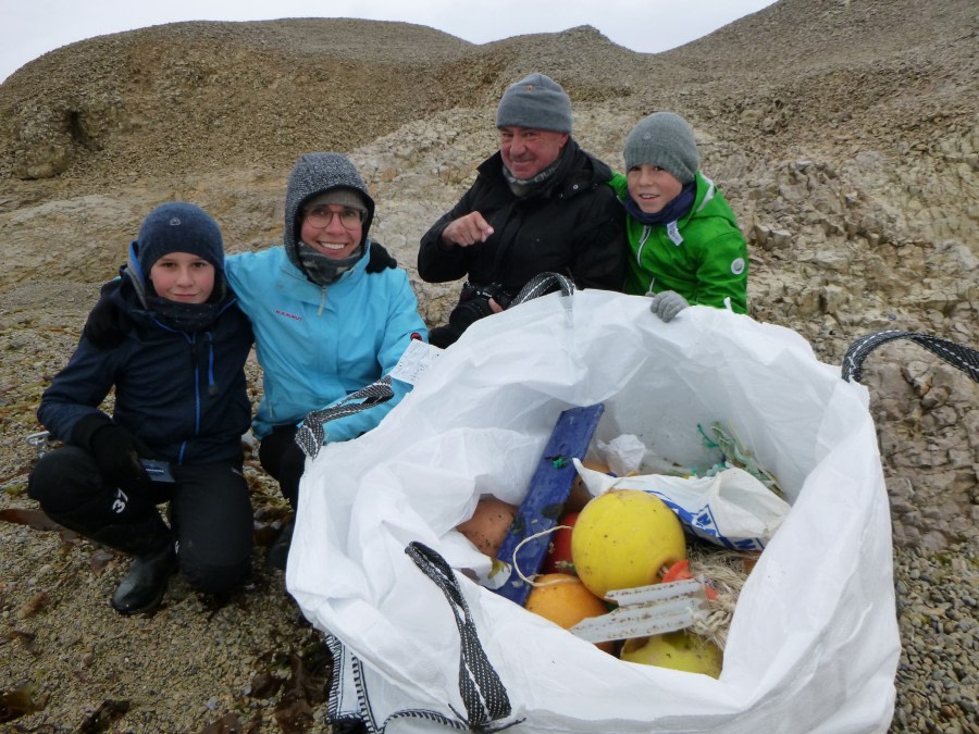 Clean up Svalbard © Catherine Buckland - Oceanwide Expeditions