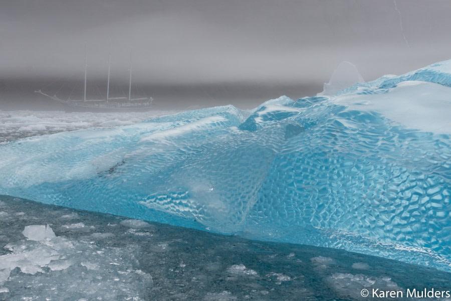 ©KM2019 NE Greenland Scoresby Sund Borgvik blue iceberg with Rembrandt van Rijn in fog.jpg