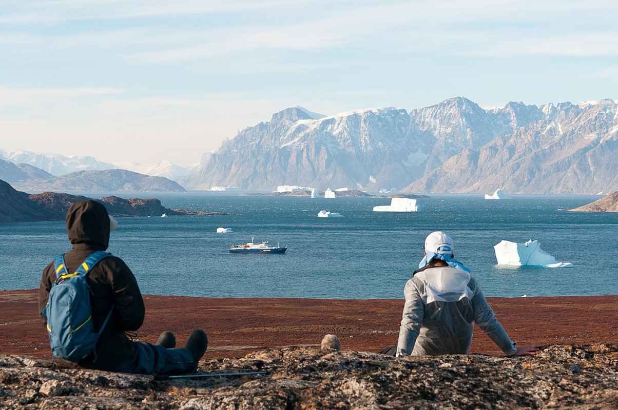 Sydkapp_Watching Scenery_GerardBodineau-Oceanwide Expeditions.jpg