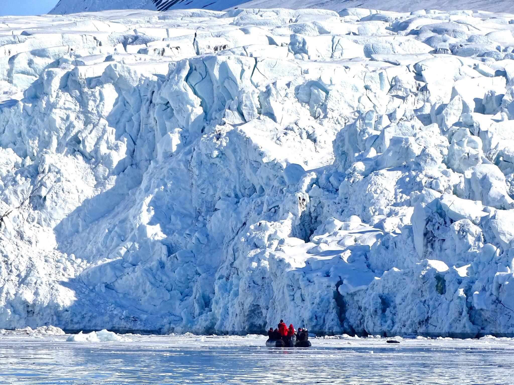 Glacier, Zodiac cruising, Svalbard, Juli © Nikki Born-Oceanwide Expeditions.jpg