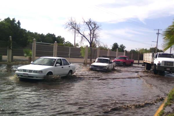 Causa lluvia inundaciones y destrozos en calles de Delicias