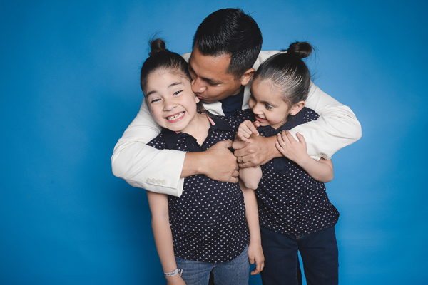 Hector Lorenzana con sus hijas victoria y Ximena_