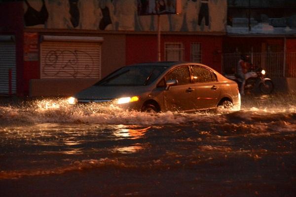 Embotellamientos, inundaciones y accidentes deja fuerte lluvia en la ciudad