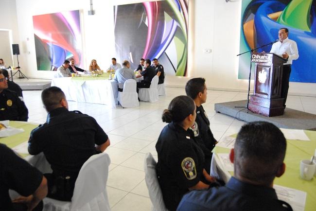 Entrega Alcalde bonos y equipamiento a policías municipales