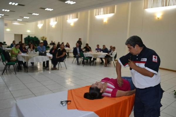 Paramédicos capacitan a maestros para atender emergencias
