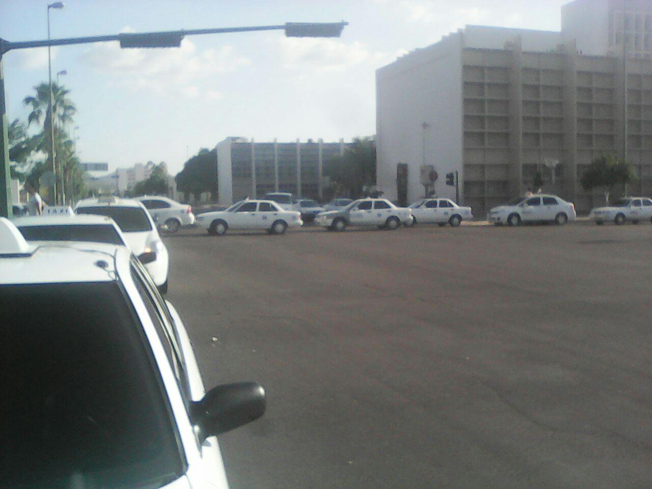 Bloquean taxistas cruce de Luis Encinas y Rosales