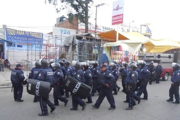 Se enfrentan policías y tianguistas en Texmelucan, hay dos lesionados