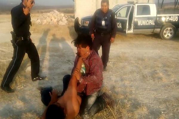 [Video] Policías de Puebla ocupan de sparring a indigente