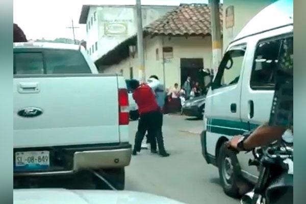 [Video] Directivo del Centro Escolar protagoniza pelea callejera