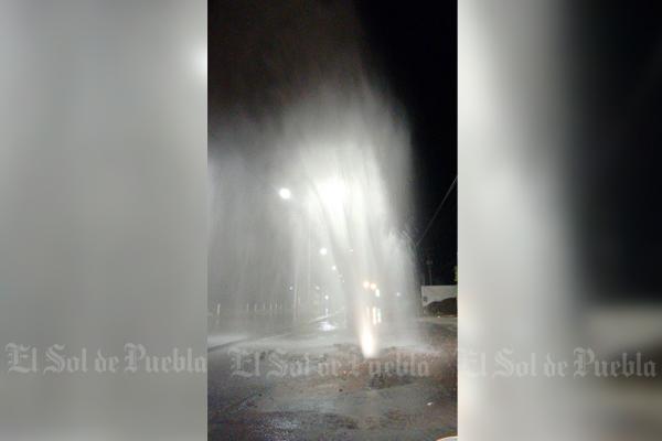 [Video] Fuga de agua alcanza 10 metros de altura en Camino al Batán