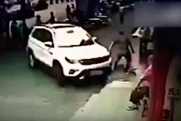 Chofer de camioneta SUV arrolla a una multitud en China