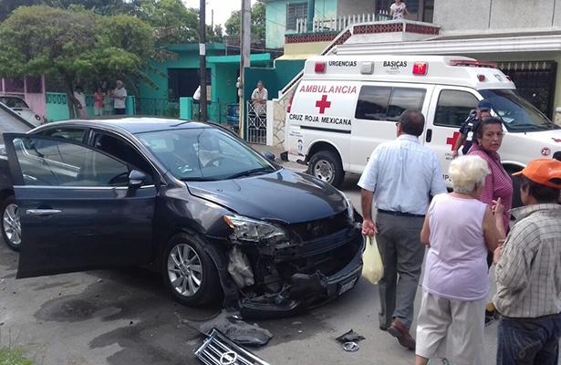 Por culpa del celular estrella su carro contra otro estacionado