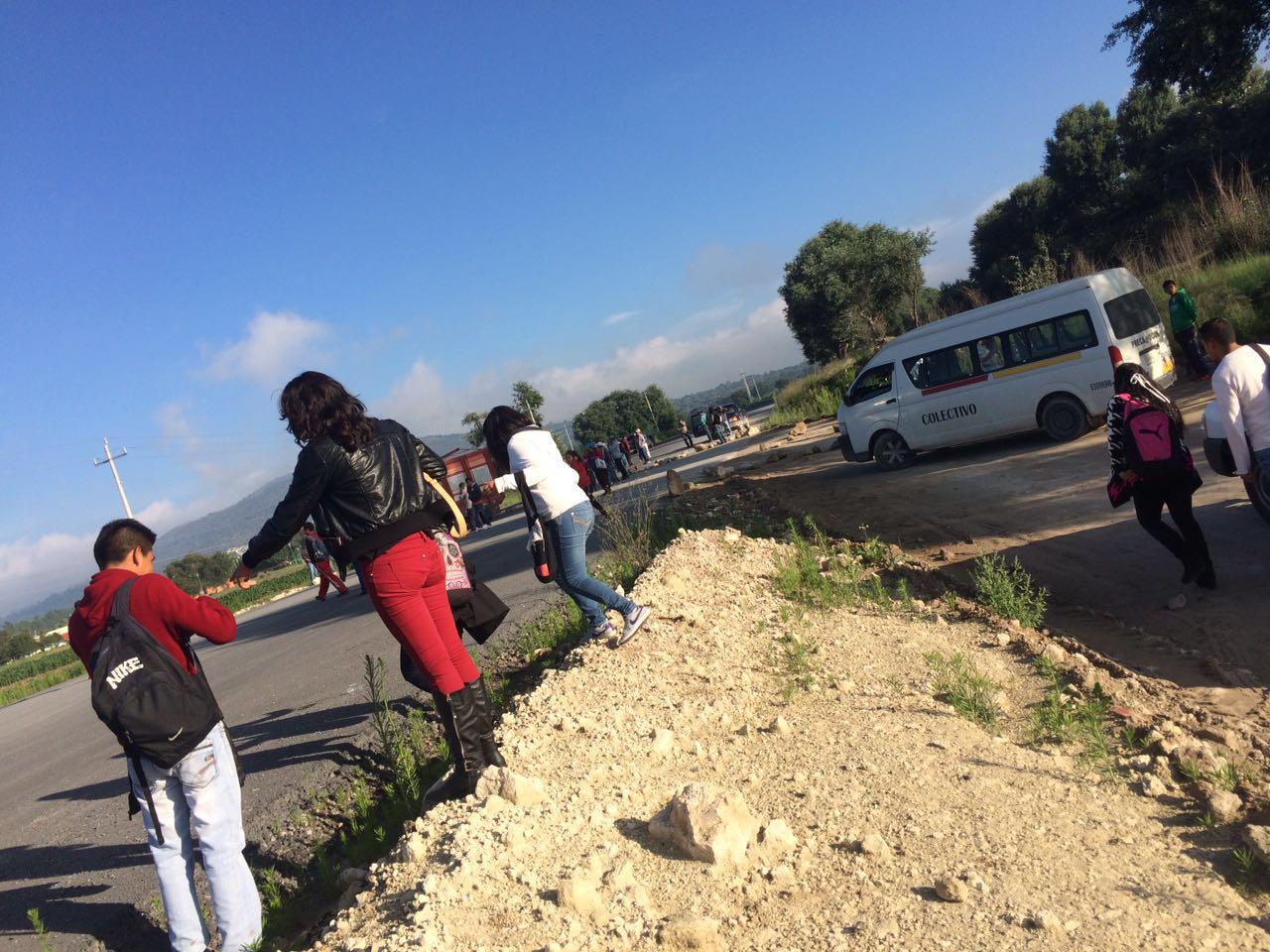 Bloquean en Xalpatlahuaya accesos de la carretera Huamantla-Terrenate