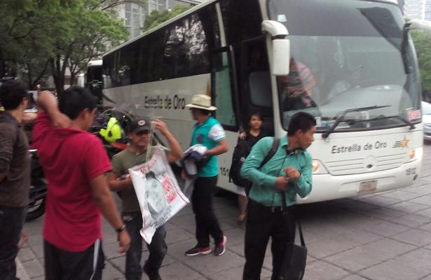 Llega caravana de los padres y familia de los 43 alumnos desaparecidos en Ayotzinapa