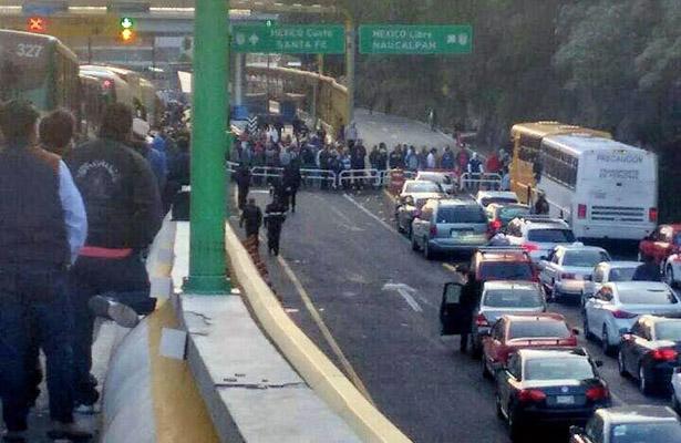 Caminan tras bloqueo en la carretera México –Toluca