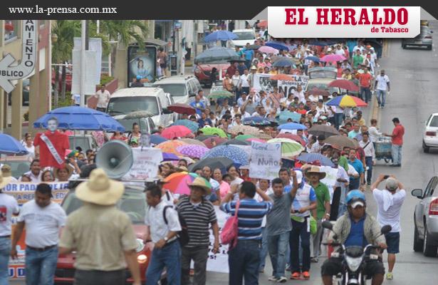 Simpatizantes de la CNTE marchan por calles de Villahermosa