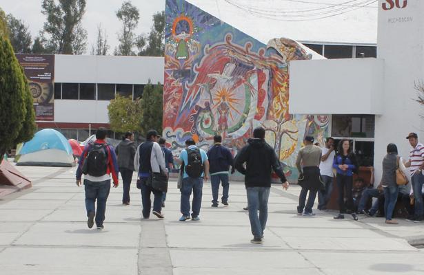 Grupo antimotines desalojan a miembros de la CNTE