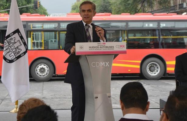 Jefe de Gobierno entrega 38 autobuses con tecnología Euro V