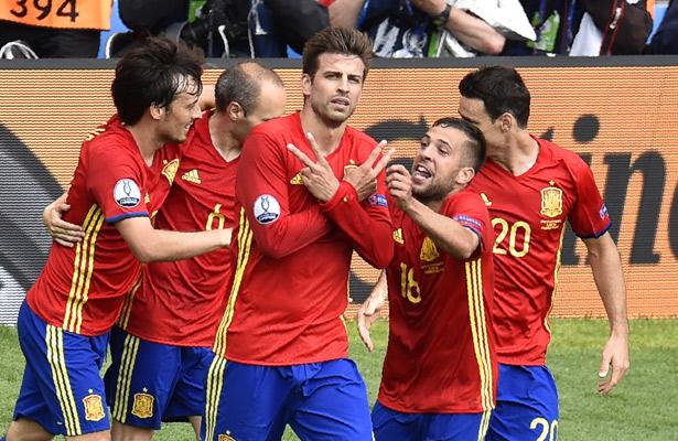 España supera el muro checo en debut de la Eurocopa