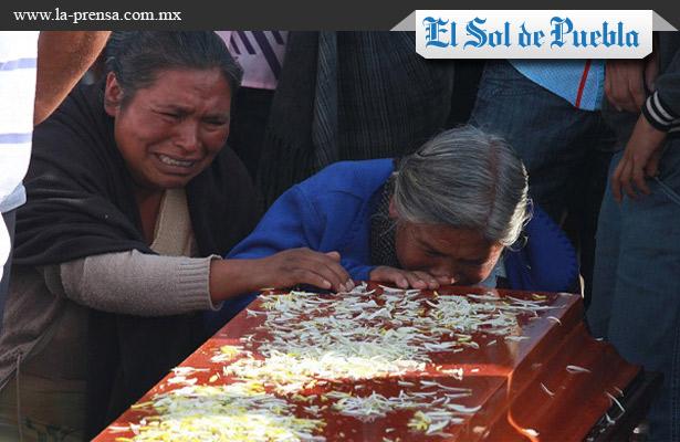 Entre llanto y dolor sepultan a asesinados de Coxcatlán
