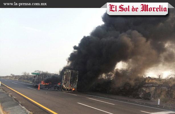 Tráiler se incendió en Vista Hermosa, Michoacán
