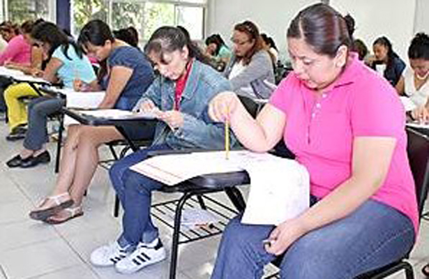 De acuerdo en la aplicación de exámenes periódicos a maestros, nueve de cada diez personas