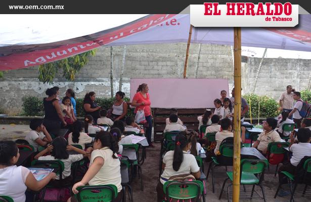 Alumnos reciben clases a la intemperie en Tabasco