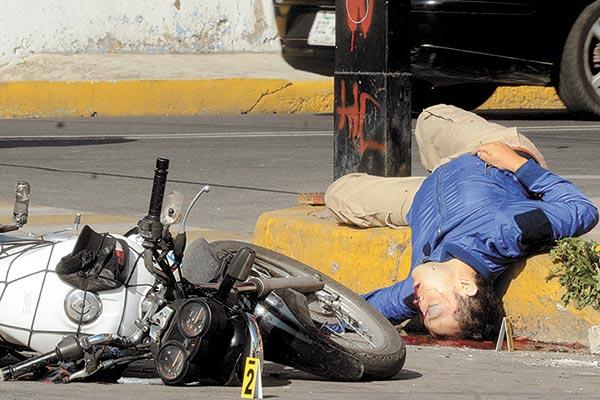 Auto embistió a motociclista y lo proyectó contra poste en Neza