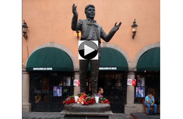 Flores y mariachis en estatua de Juan Gabriel en Garibaldi