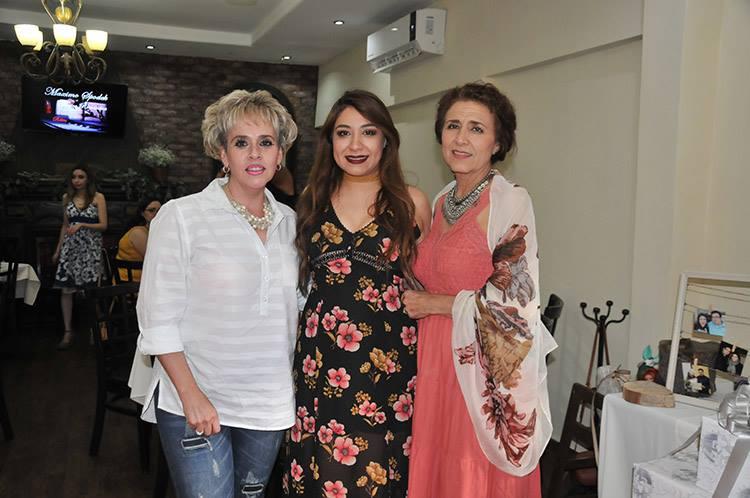 La feliz novia, con mamá y suegra.