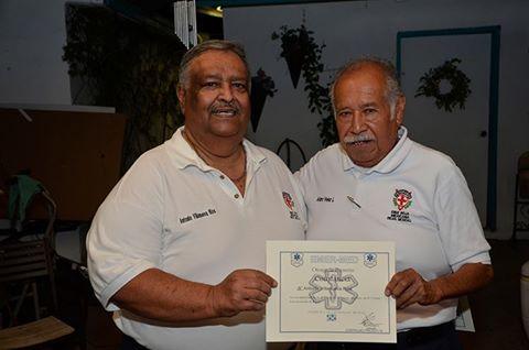 Antonio Villanueva Ríos recibe reconocimiento de manos de Arturo Vélez.