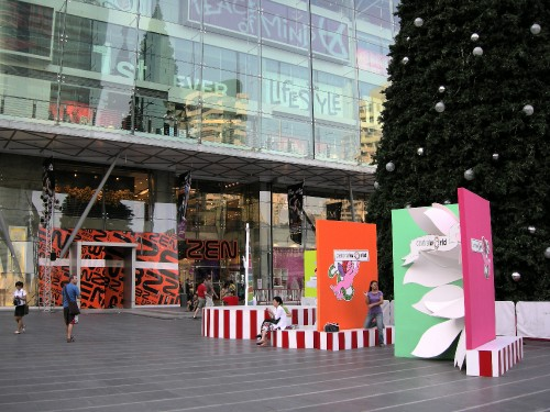 Giant Christmas cards outside shopping centre | Carl and Vik's travels