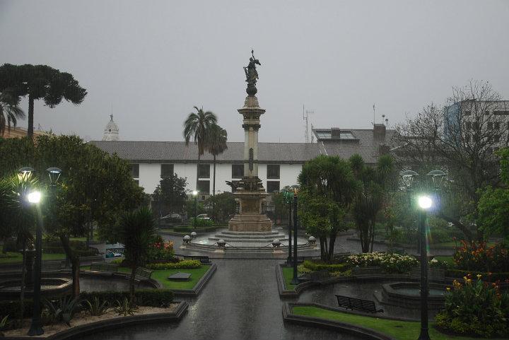 Plaza Grande in Quito (en stromende regen)
