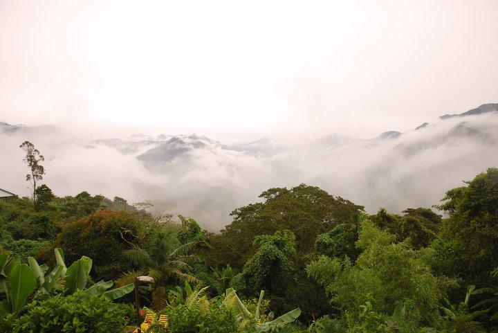 Uitzicht vanaf ons hostel met wolken