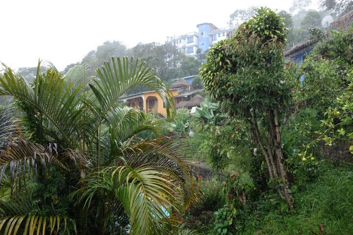 Stromende regen bij ons hostel