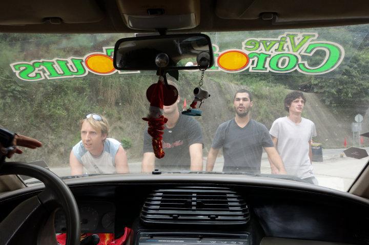 De mannelijke passagiers moeten het minibusje duwen